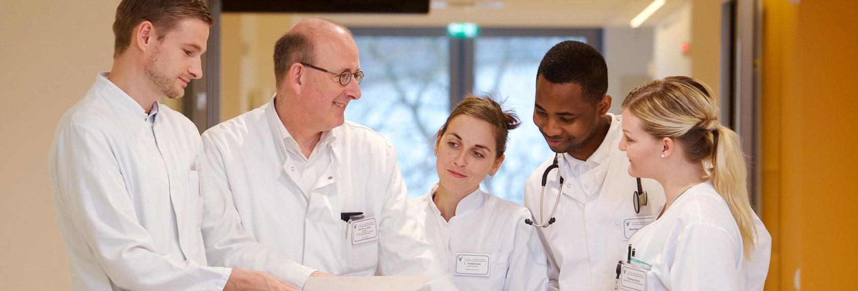 Ärzte bei der täglichen Visite in der Kardiologie