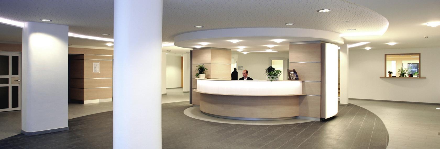 Der Infopunkt befindet sich in der Eingangshalle des Krankenhauses und ist die erste Anlaufstelle für Besucher
