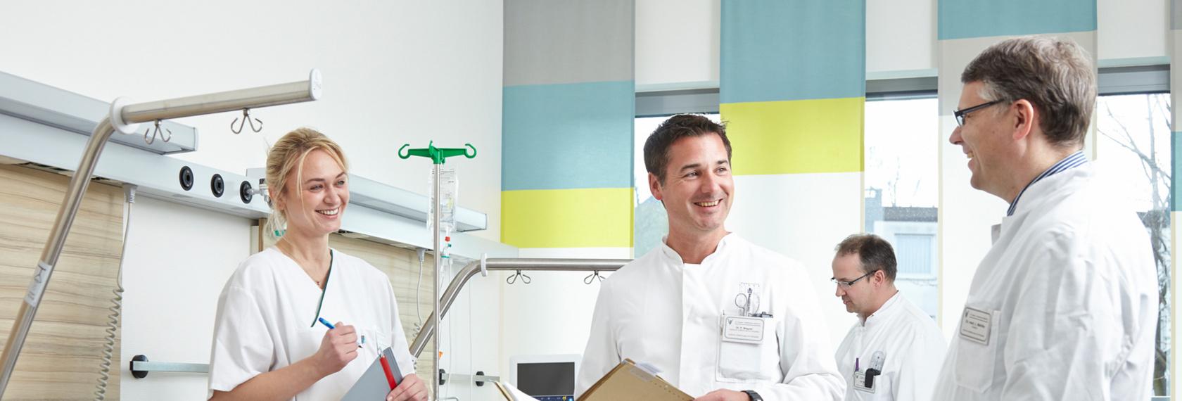 Team der Orthopädie befindet sich im modernen und hellen Patientenzimmer