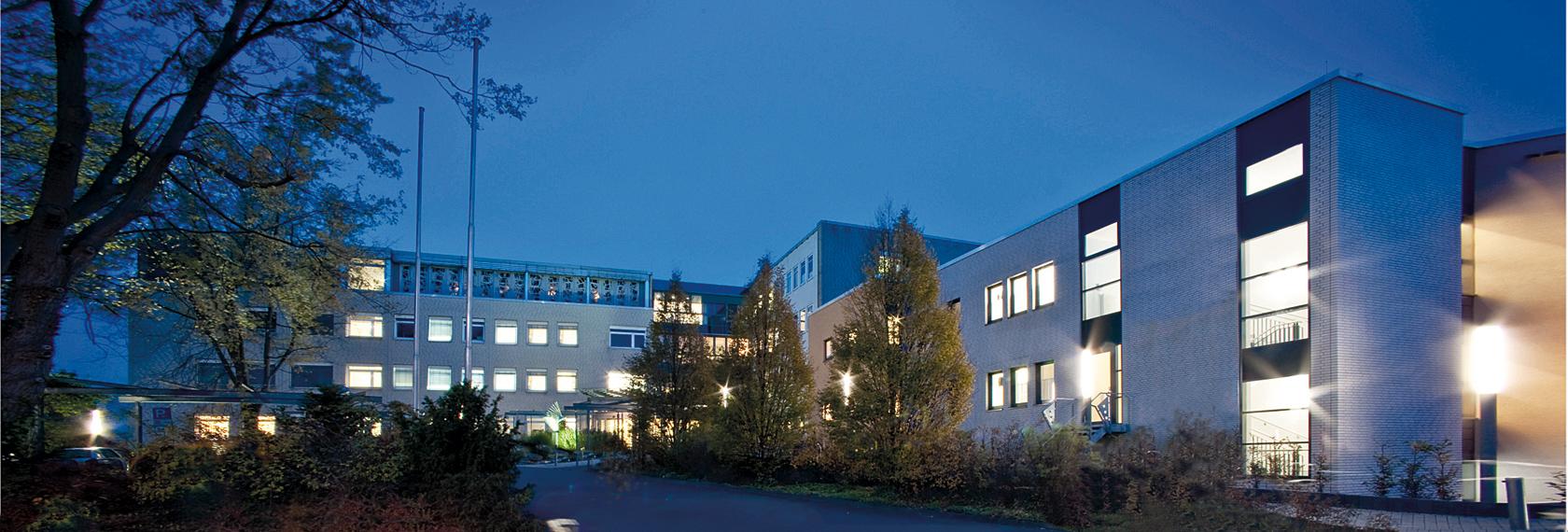 Die Außenaussicht des St. Josefs-Krankenhauses bei Nacht