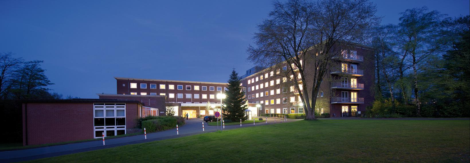 Die Außenaussicht der Frauen- und Kinderklinik St. Louise bei Nacht